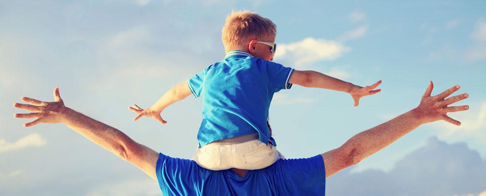 försäkring direkt barnförsäkring, man lyfter barn på sina axlar