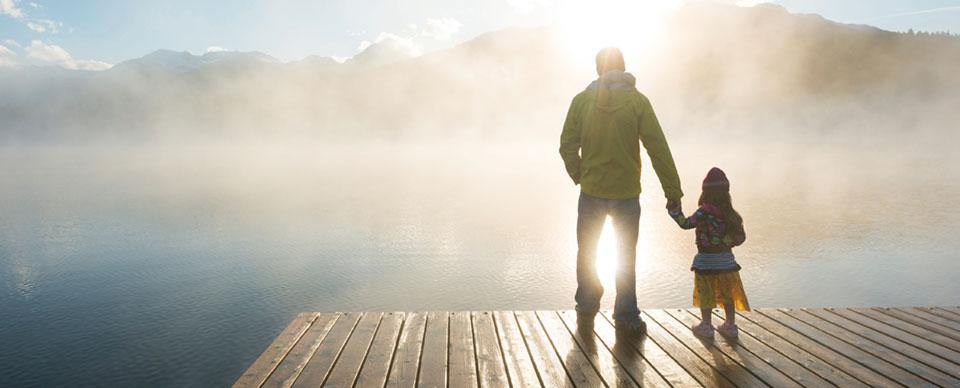 försäkring direkt livförsäkring – Pappa och barn står på en brygga i soluppgång och dis