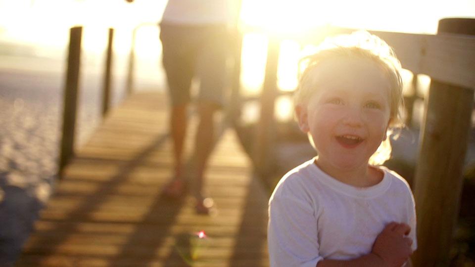 prisvärda försäkringar – förälder och barn på brygga